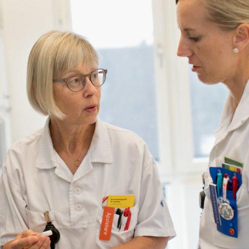 En apotekare och en sjuksköterska i samtal