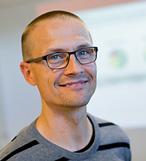 Porträtt Patrik Haraldsson kortklippt med glasögon