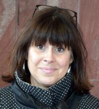 Ansiktsporträtt Maria Burtus mörkt halvlångt hår.
