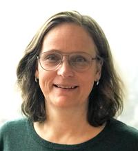 Porträtt Lotta Ramstedt med halvlångt hår och glasögon