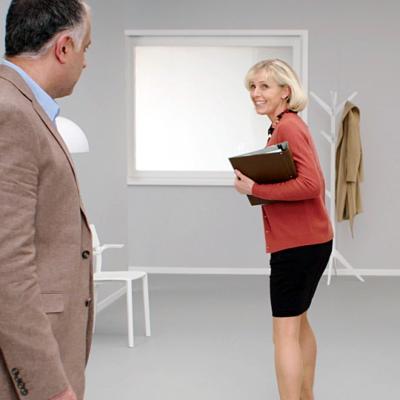 Två personer samtalar i en korridor