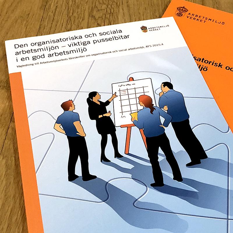 Bok om organisatorisk och social arbetsmiljö ligger på ett bord