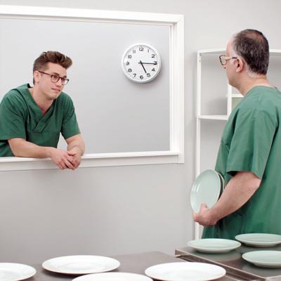 Omsorgspersonal i en köksmiljö står och pratar