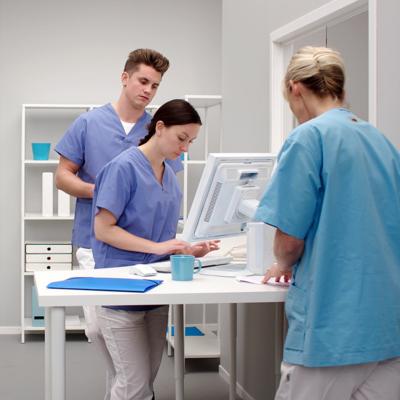 Sjukvårdspersonal arbetar vid en dator
